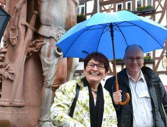 Martina Hartmann-Menz und Dr. Christoph Waldecker vor dem Ziel der Führung - dem Hattstein-Brunnen (Foto: Stadt Limburg)