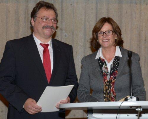 Ministerin Ute Schäfer übergibt Dr. Frank M. Bischoff die Ernennungsurkunde (Foto: P. Fröhlich/Landesarchiv NRW)