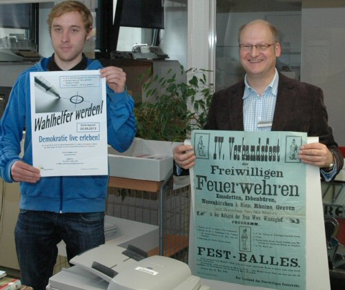 Abb.: Plakate im Fokus - Praktikum im Stadtarchiv Greven, Student Jan Thurau (links) und Stadtarchivar Dr. Stefan Schröder (Foto: Stadt Greven)