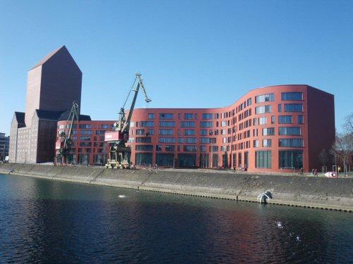 Archivturm mit der sich rechts anschließenden 'Welle' der Büros und öffentlichen Räume. Dieser Gebäudetrakt dient auch als Zuwachsfläche und soll zunächst teilweise untervermietet werden (Foto: Jens Roepstorff)