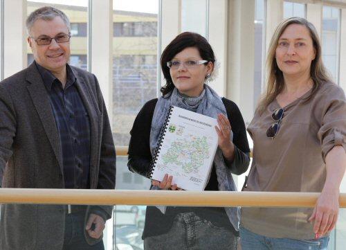 Konstantin Huber, Maddalena Caprio und Nicole Rosewe (von links) präsentieren die jetzt online gestellte Kreisbibliographie als gedrucktes PDF-Dokument, das nun auch im Nutzerraum des Kreisarchivs ausliegt. (enz)
