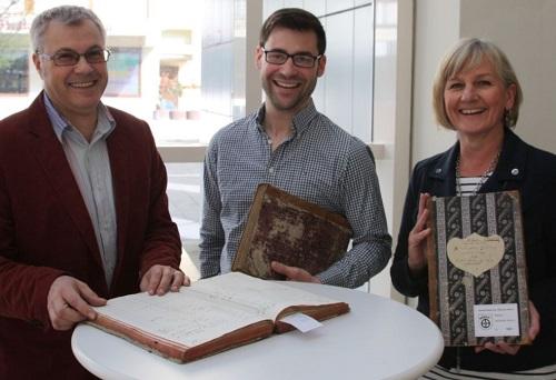 Sie haben gut lachen: Im Kreisarchiv erhielt der britische Historiker Dr. James Boyd (Mitte) wertvolle Unterstützung von Konstantin Huber und Eveline Sommer-Turkalj. (enz)
