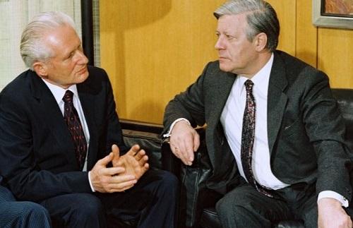 Helmut Schmidt im Gespräch mit Günter Mittag im Bundeskanzleramt am 17. April 1980 (Quelle: Bundesregierung, B 145 Bild-00087115 / Foto: Lothar Schaack)