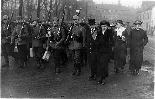 Abb.: Eduard Schulte im Jahr 1916 inmitten eines Trupps von Soldaten des Infanterie-Regiments Nr. 13, die er zum Bahnhof begleitet (Foto: Stadtarchiv Münster).
