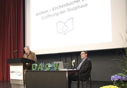 Abb.: Dr. Bettina Wischhöfer (Leiterin des Landeskirchlichen Archivs Kassel) eröffnet als Vorsitzende des Verbands kirchlicher Archive und als Aufsichtsratsmitglied der Kirchenbuchportal GmbH den Testbetrieb des Kirchenbuchportals