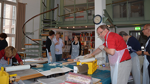 Abb.: Im Lesesaal des Stadtarchivs wurde das durchnässte Archivgut in Stretchfolie eingewickelt oder in Kunststoffbeuteln verpackt, um es für das Tiefgefrieren und spätere Gefriertrocknen vorzubereiten (Foto: Stadtarchiv Karlsruhe)