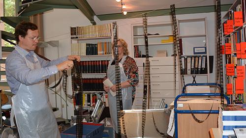 Abb.: Film- und Tonmaterial wurde zum Trocknen aufgehängt, auf Löschkarton gelegt oder in feuchtem Zustand gehalten (Foto: Stadtarchiv Karlsruhe)