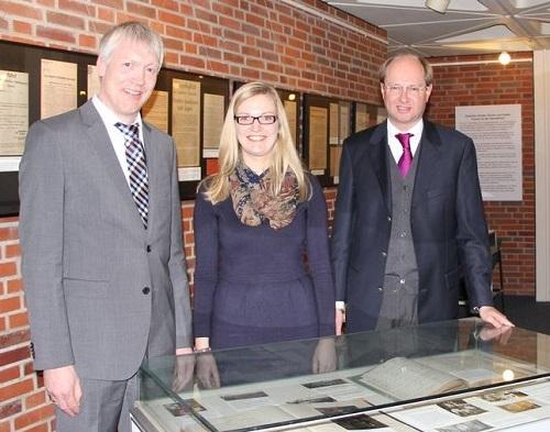 Bis Ende Januar 2015 ist im Kreishaus eine Ausstellung über den 1. Weltkrieg im Kreis Warendorf zu sehen - das Bild zeigt Kreisarchivar Dr. Thomas Brakmann, Archivmitarbeiterin Victoria Wegener und Landrat Dr. Olaf Gericke nach der Ausstellungseröffnung (v.l.)