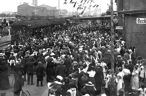 Der Beckumer Bahnhof am 2. August 1914 anlässlich der Mobilmachung. Um 14:10 Uhr fuhr der Zug mit den Rekruten unter großer Anteilnahme der Bevölkerung vom Beckumer Bahnhof ab (Fotoarchiv Dormitorium Beckum)