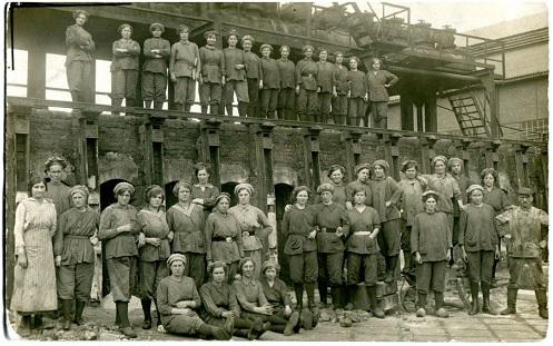 Abb.: Arbeiterinnen auf der Kokerei Mathias Stinnes in Essen-Karnap 1914-1918 (Fotoarchiv Ruhr Museum)