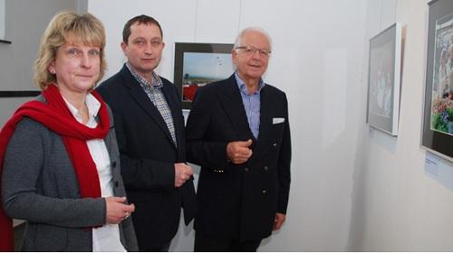 Stadtarchivarin Heike Biskup, Ralf Schönberger und Helmut Julius von der Bottroper Bürgerstiftung freuen sich über den Fotoschatz (Foto: Stadt Bottrop)