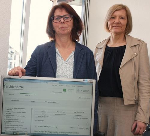 Abb.: Viele Informationen aus dem Landkreis: Kreisarchivarin Sabine Raßner und Landrätin Anita Schneider stellen das Archivportal-D vor. Bild: Landkreis Gießen