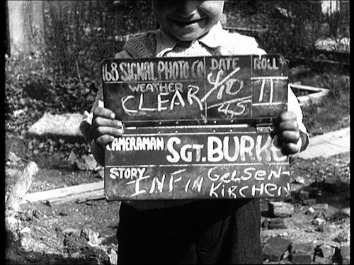 Erste Annäherungen zwischen Besatzern und Besetzten: In Gelsenkirchen darf ein Junge die Filmklappe eines US-Kameramanns halten. Foto: US-National