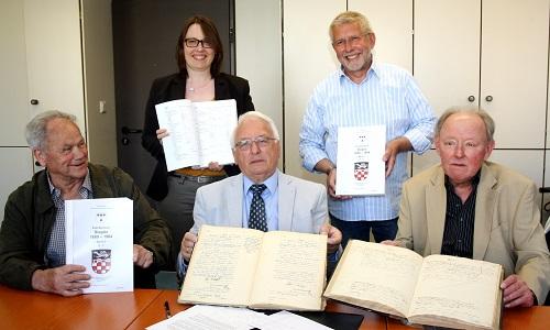 Legten das Sieglarer Familienbuch vor: v.l. Peter Höngesberg, Antje Winter, Heribert Müller, Johannes Hardt und Wilhelm Müller im Rathaus (Foto: Stadt Troisdorf)
