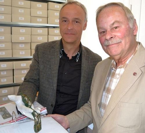 Abb.: Der Eisenacher Stadtarchivar Dr. Reinhold Brunner (links) und Nachlassgeber Volker Adami (Foto: Stadt Eisenach)