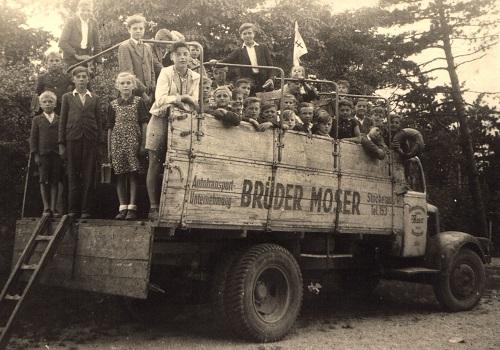 Der erste Schulausflug der Volksschule Niederfellabrunn nach dem Krieg, organisiert von der Pfarre Oberhollabrunn – 1946 (Sammlung Johanna Goldschmid, Fotograf konnte nicht ermittelt werden)