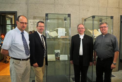 Abb.: Eröffneten die Ausstellung (von links): stellvertretender Archivleiter Thomas Wehner, Archivdirektor Professor Dr. Johannes Merz, Generalvikar Thomas Keßler und Dekan Gerhard Weber.