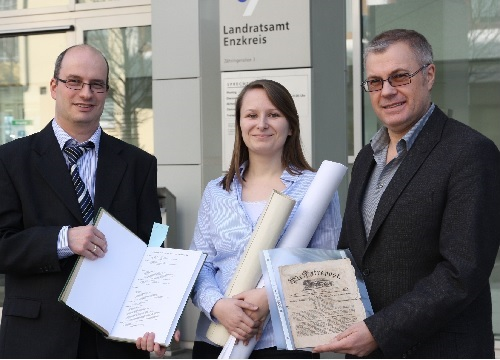 Abb.: Thomas Trück (links), Bearbeiterin Ingrid Wieczorek und Archivleiter Konstantin Huber präsentieren Unterlagen aus dem Nachlass Gerhard Trück (Foto: Enzkreis/enz)