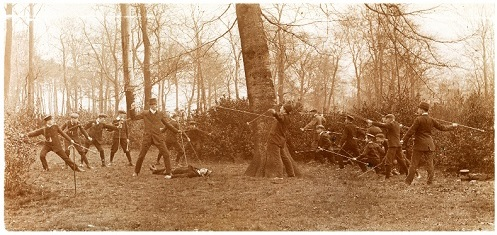 Geländekampfspiel der Rheinischen Schülerbibelkränzchen mit Holzspeeren, 1913 (Archiv der Evangelischen Kirche im Rheinland)