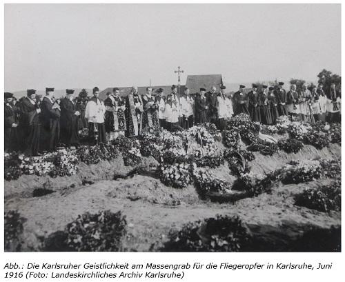 Die Karlsruher Geistlichkeit am Massengrab für die Fliegeropfer in Karlsruhe, Juni 1916 (Landeskirchliches Archiv Karlsruhe)