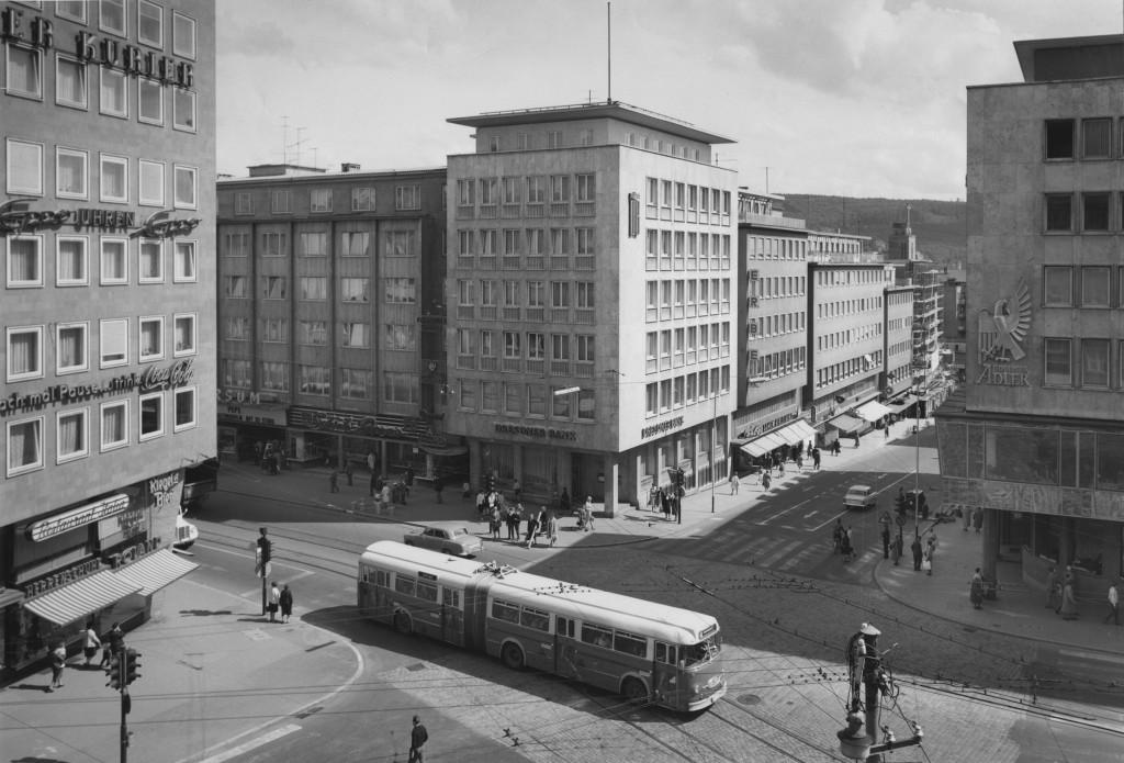 Blick über den Leopoldplatz in die Leopoldstraße, 1970 (Foto: G. Wipfler, Stadtarchiv Pforzheim)